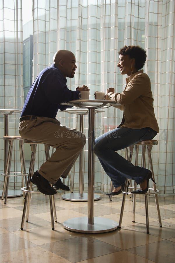 有非洲裔美国人的咖啡馆咖啡的夫妇 图库摄影