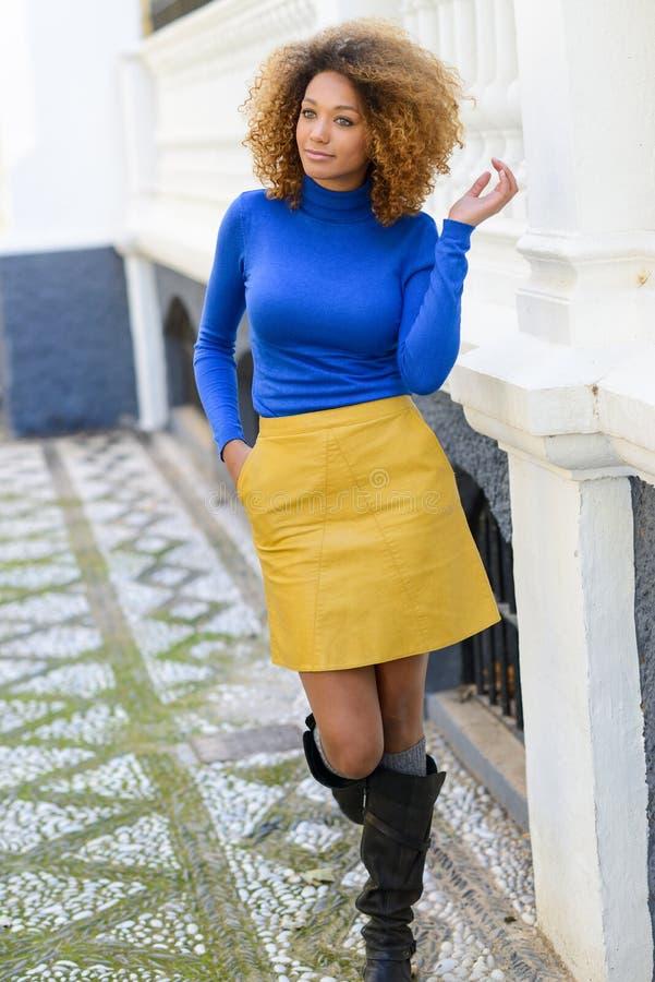 有非洲的发型的女孩在都市背景中 库存图片