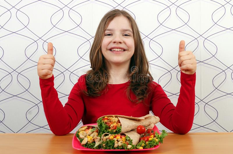 有面卷饼墨西哥美食和赞许的女孩 库存照片