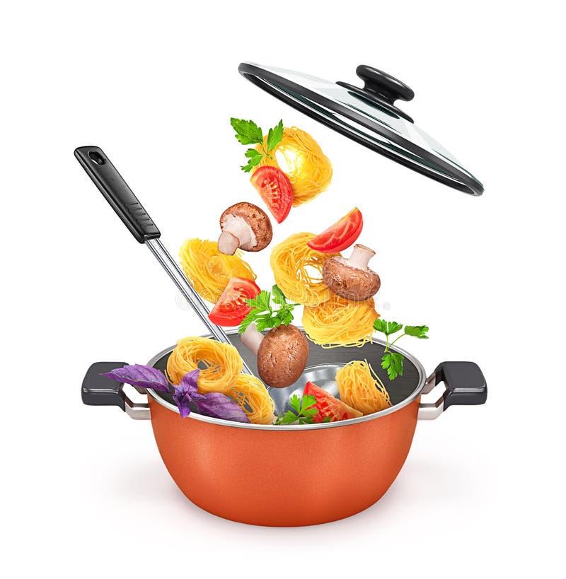 有面团和蘑菇的红色平底深锅与菜 免版税库存图片