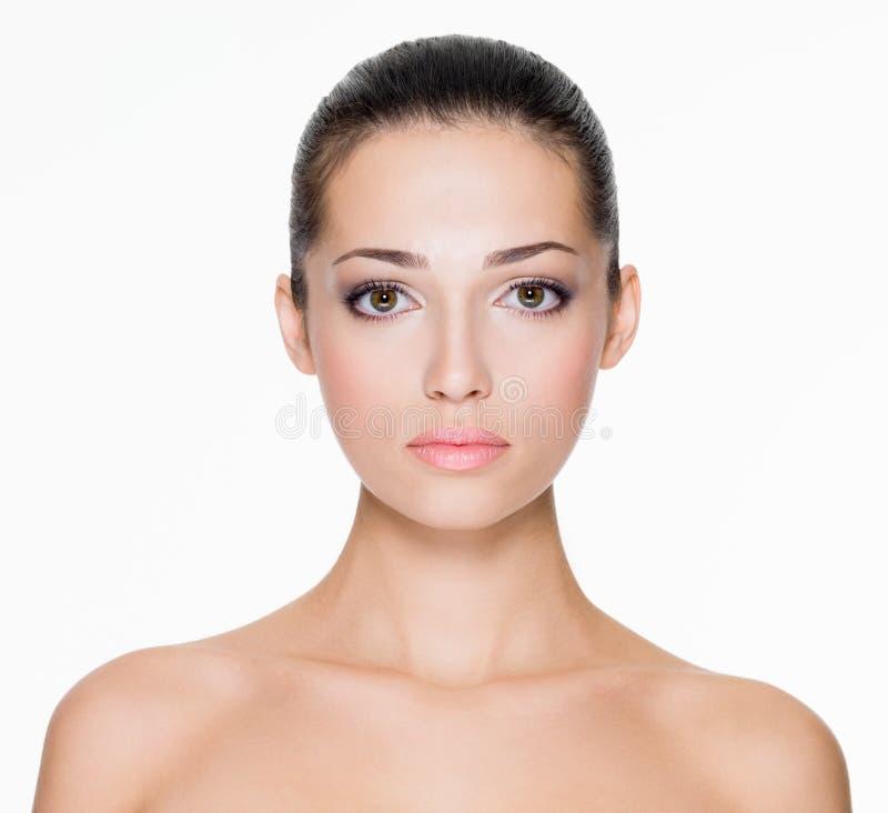 有面孔新鲜的皮肤的美丽的妇女  免版税库存图片