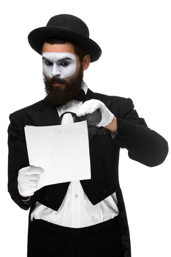 有面孔笑剧读书的人通过扩大化 免版税图库摄影