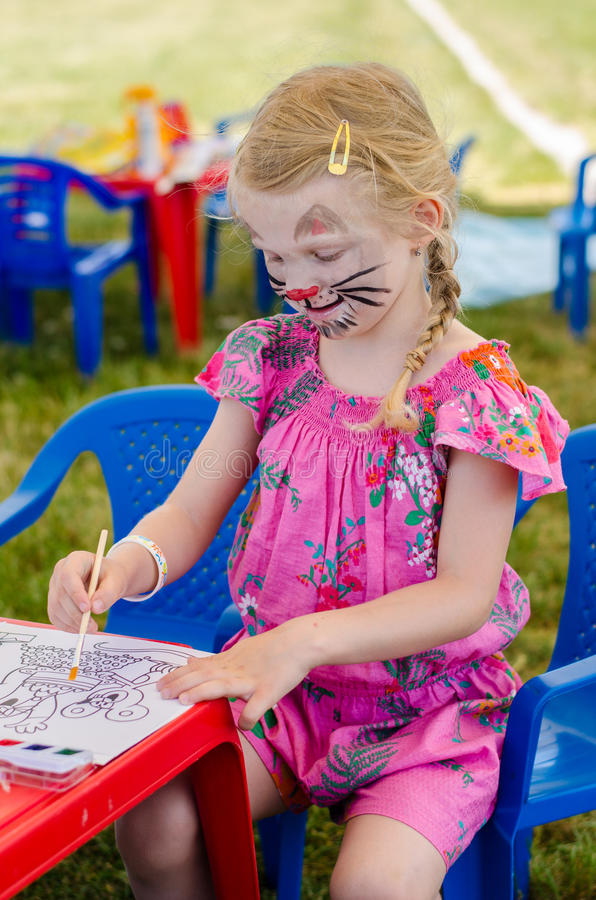 有面孔绘画图画的女孩 库存照片