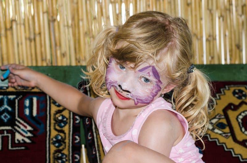 有面孔绘画的女孩 图库摄影