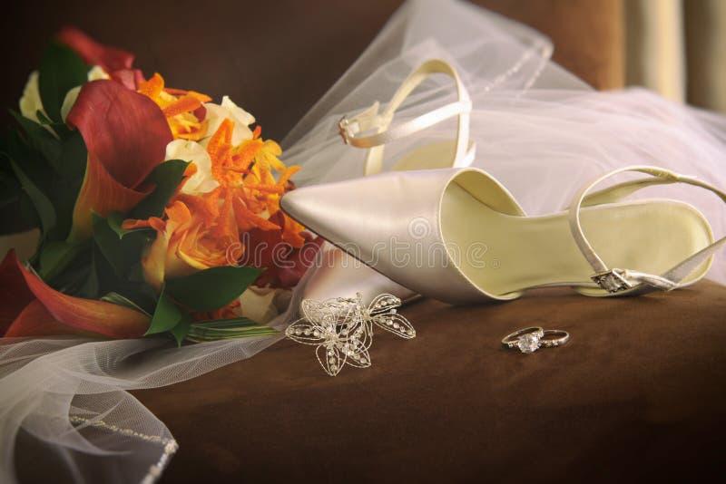 有面纱和圆环的婚礼鞋子 免版税库存图片