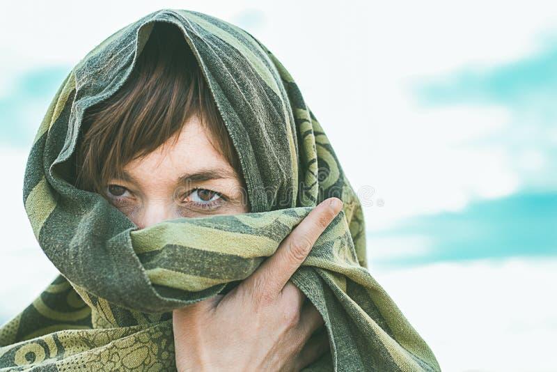 有面纱的妇女在她的头和贯穿的眼睛 有神奇眼睛的妇女 图库摄影