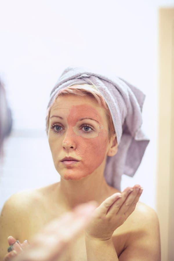 有面膜的妇女- Skincare和化妆用品概念 免版税库存图片
