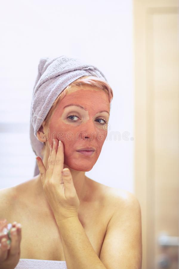 有面膜的妇女 - Skincare和化妆用品概念 免版税库存照片