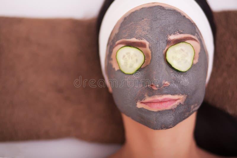 有面部面具的,温泉治疗年轻美丽的妇女 免版税库存照片