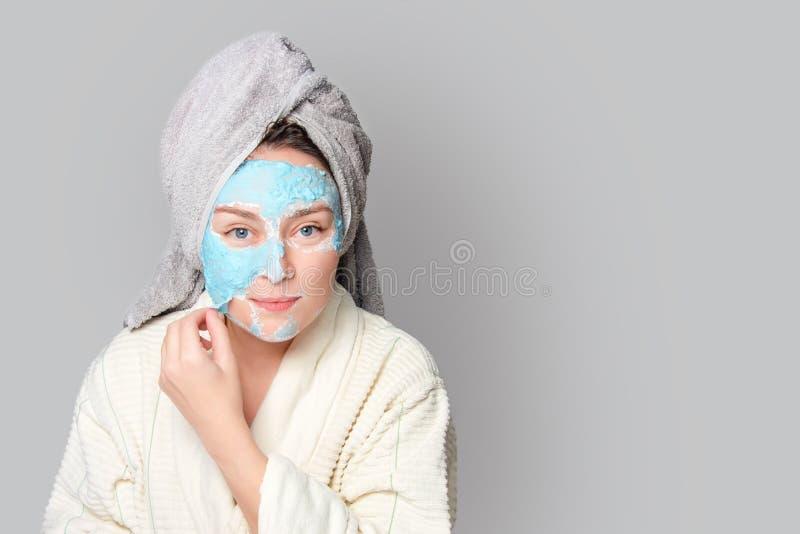 有面部黏土面具的妇女在温泉沙龙或在家,skincare题材 女孩去除藻酸盐化妆面具 面膜,温泉 免版税库存照片