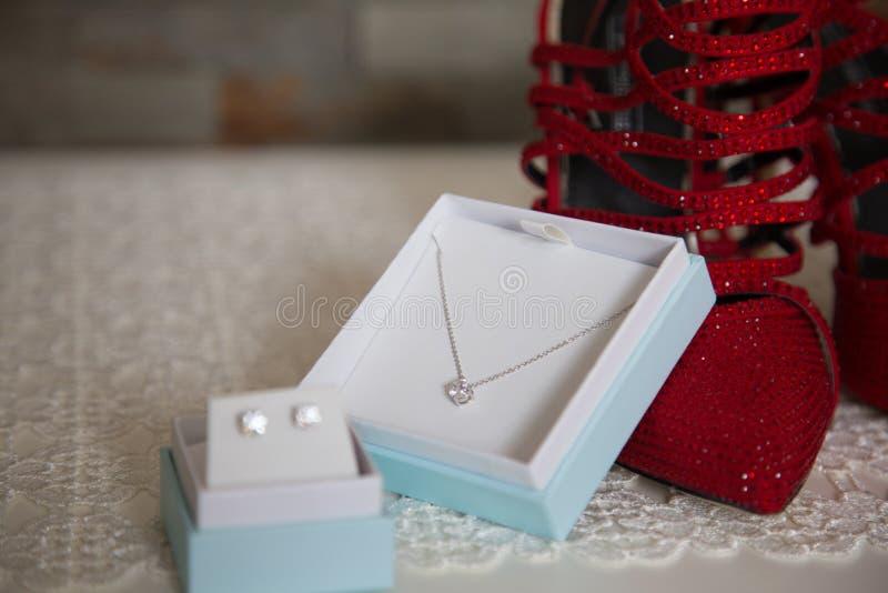 有鞋子的Jewerly箱子 免版税库存照片