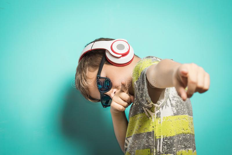有音乐和滑稽的表示耳机的孩子  免版税库存照片