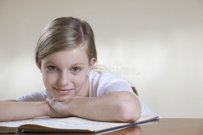 有音乐纸张的十几岁的女孩 免版税库存照片