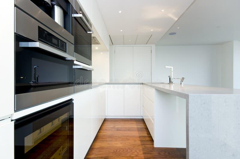 有顶面spec装置的当代厨房 库存照片