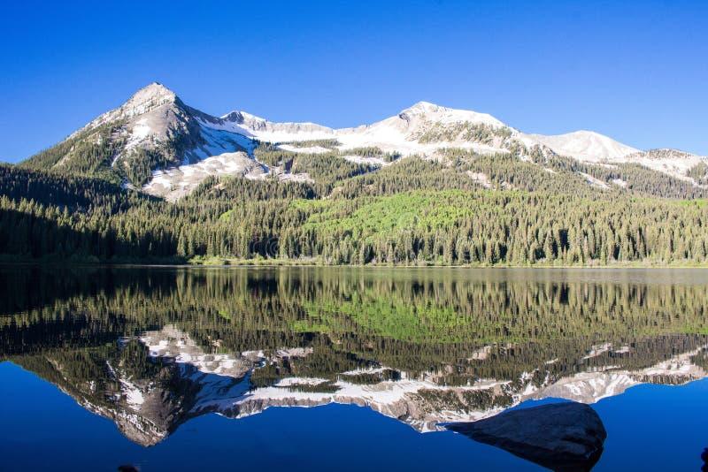 有顶饰小山的洛斯特湖,有山反射的科罗拉多 图库摄影