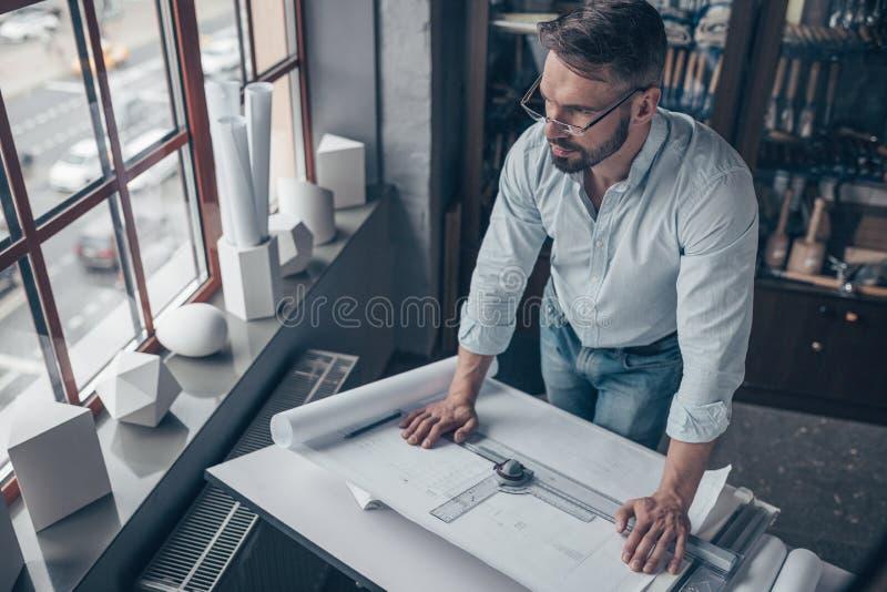 有项目的工作的工程师 免版税库存图片
