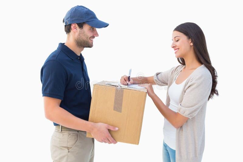 有顾客的愉快的送货人 免版税库存图片