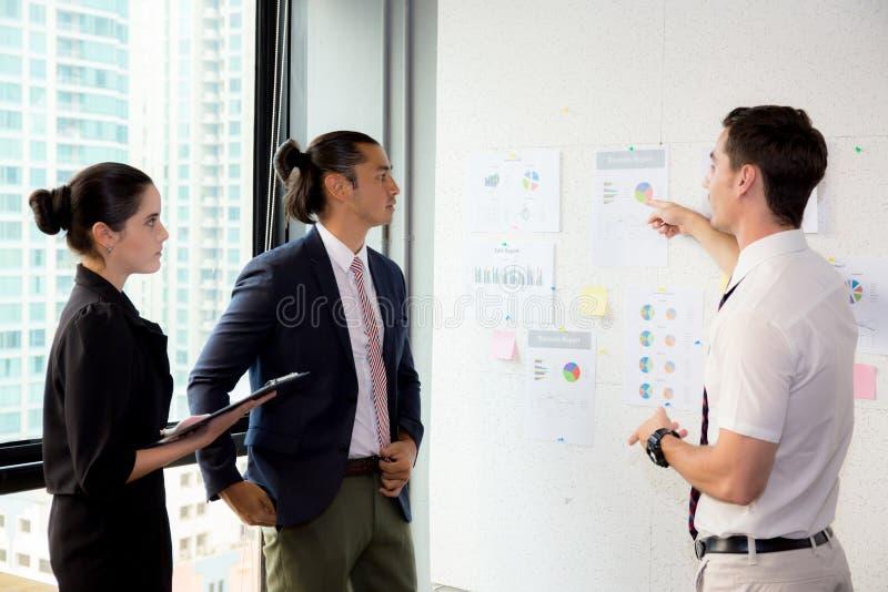 有领导的买卖人一起谈论在会议室在会议期间在办公室 免版税库存照片