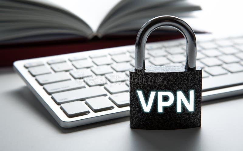 有题字的VPN耐久的挂锁以键盘互联网安全 免版税库存图片