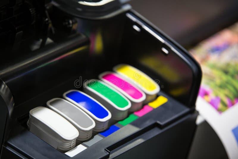 有颜色墨盒的打印机 免版税库存图片