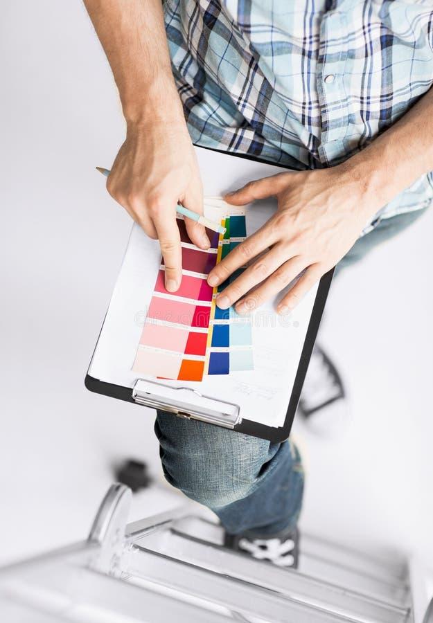 有颜色样品的人选择的 免版税库存照片