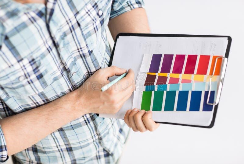 有颜色样品的人选择的 免版税库存图片