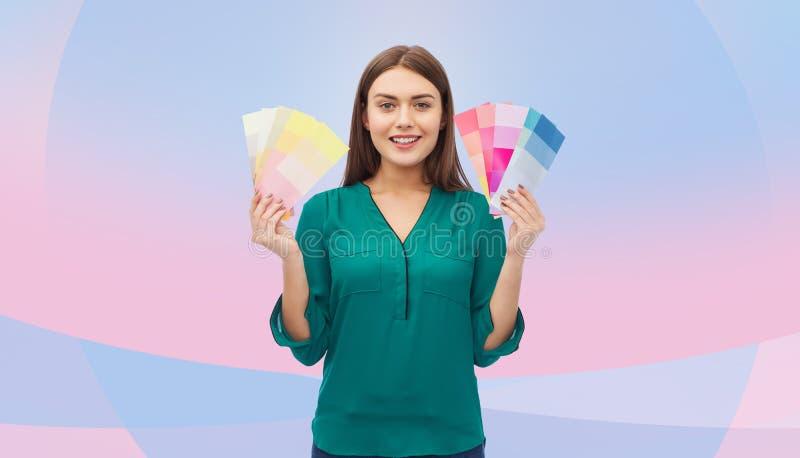有颜色样片的微笑的少妇 免版税库存照片