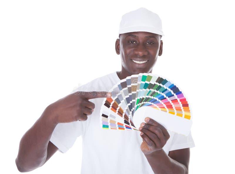 有颜色样片的非洲画家 免版税图库摄影