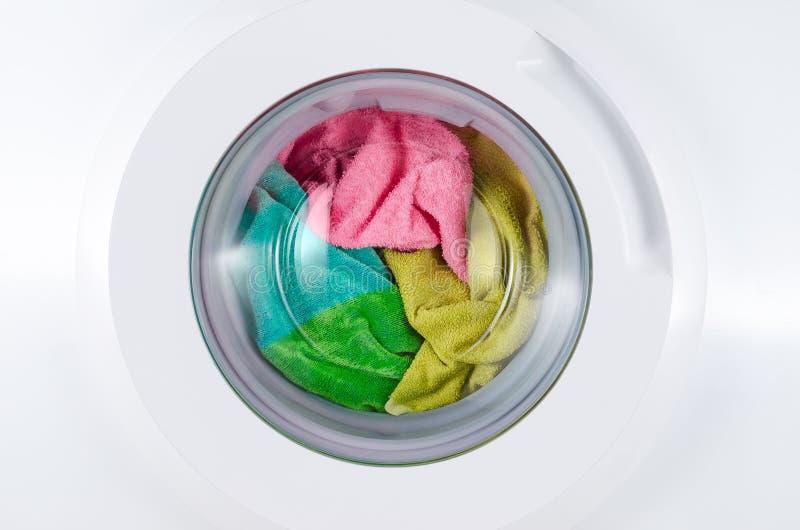 有颜色衣裳的洗衣机 免版税图库摄影
