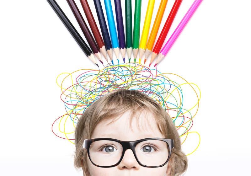 有颜色铅笔和线的逗人喜爱的小男孩头 免版税库存照片