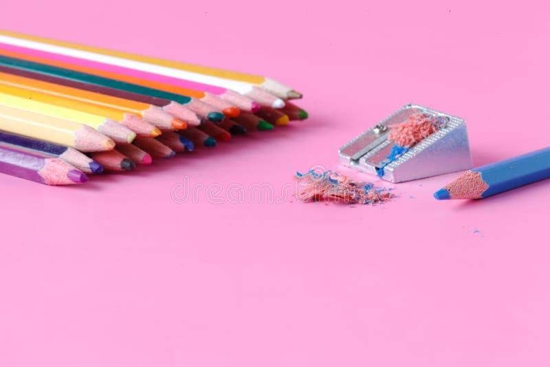 有颜色铅笔的铅笔刀 免版税库存图片