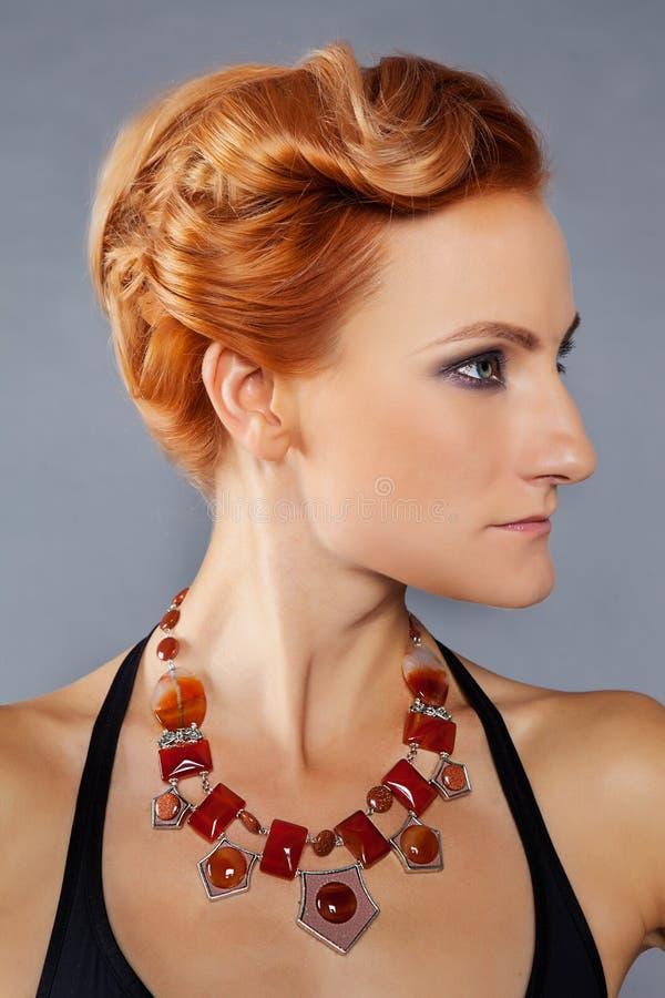 有颧骨的红发女孩 免版税库存图片