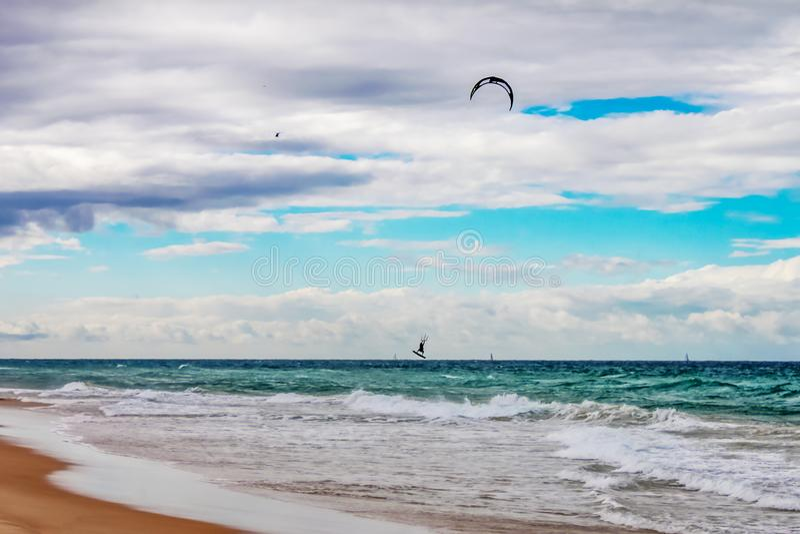 有风冲浪者捉住的空气和直升机天花板的动荡在天际的海和风船戈尔德比尤特在昆士兰 免版税库存图片
