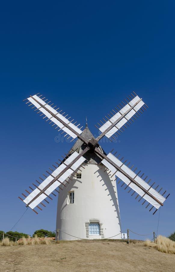 有风帆的白色被绘的风车反对天空蔚蓝 库存照片