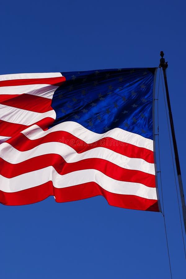 有风我们旗子接近  免版税库存图片