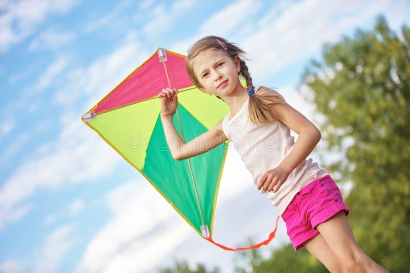 有风筝的女孩 免版税库存照片