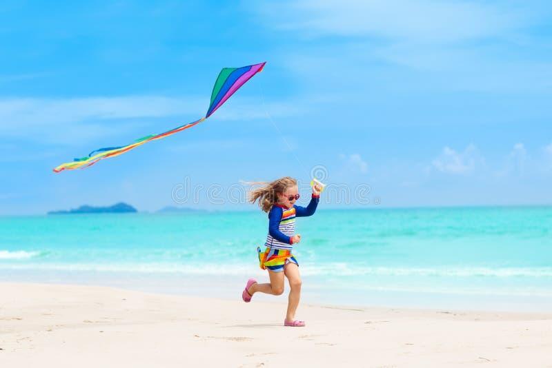 有风筝的孩子 孩子戏剧 家庭海滩假期 免版税图库摄影