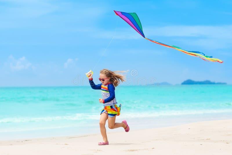有风筝的孩子 孩子戏剧 家庭海滩假期 免版税库存图片
