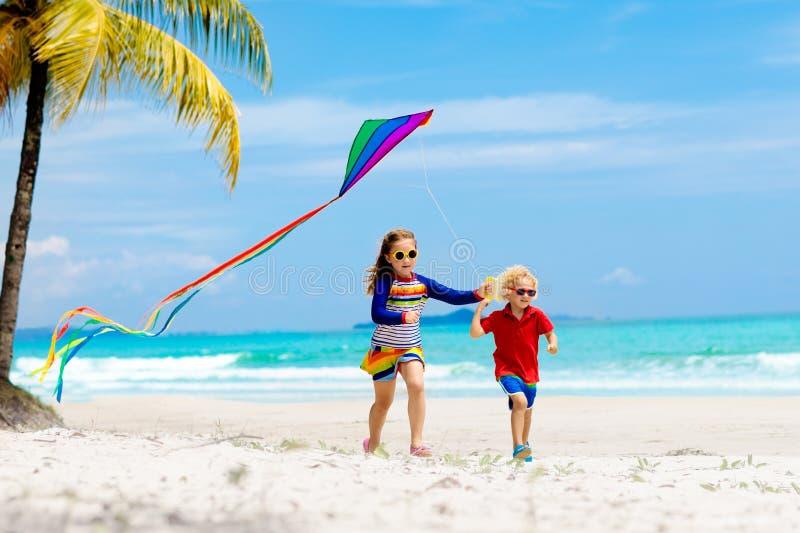 有风筝的孩子 孩子戏剧 家庭海滩假期 库存图片