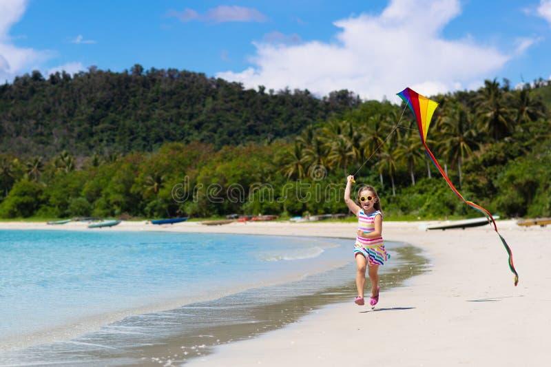 有风筝的孩子 孩子戏剧 家庭海滩假期 库存照片
