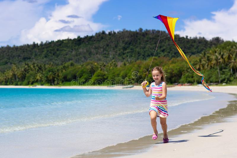 有风筝的孩子 孩子戏剧 家庭海滩假期 免版税库存照片