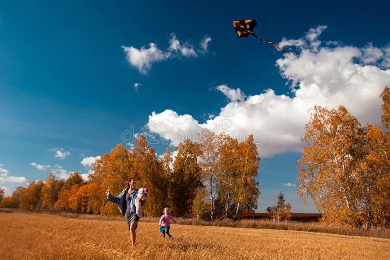 有风筝的母亲 免版税图库摄影