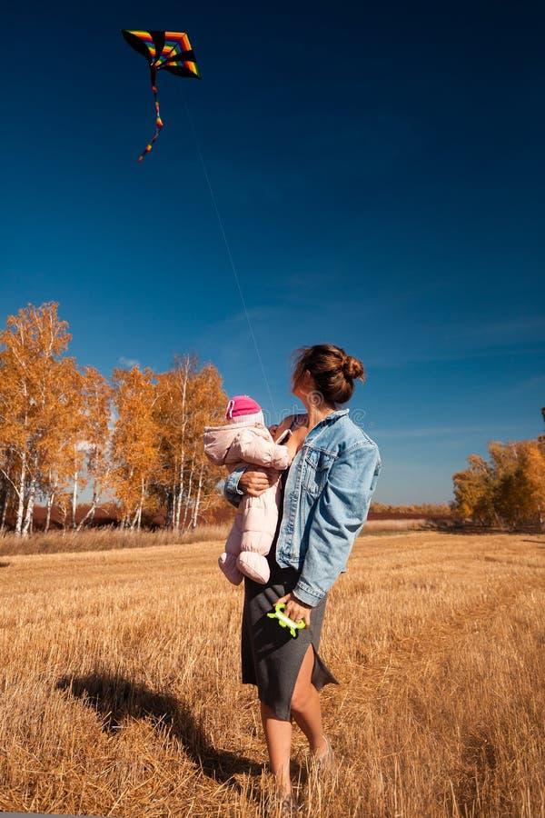 有风筝的母亲 库存图片