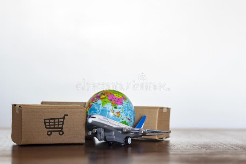 有飞机和地球地球的纸盒 全球性后勤学、运输和全世界交付企业概念 库存图片