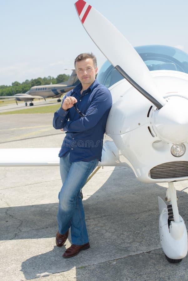 有飞机的人 免版税库存照片