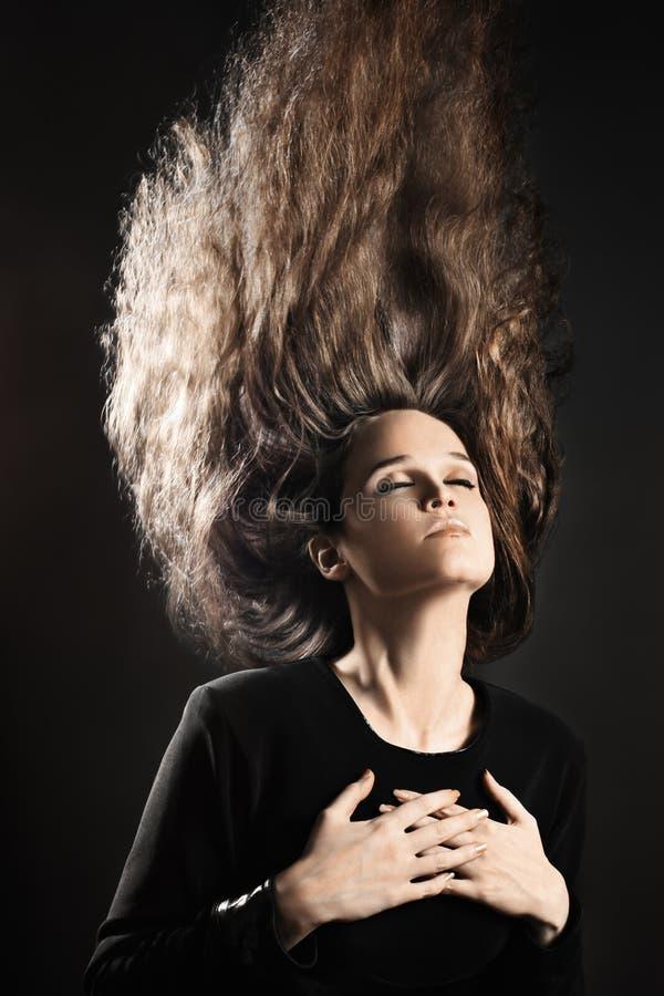 有飞行发型长的发型的妇女 库存照片