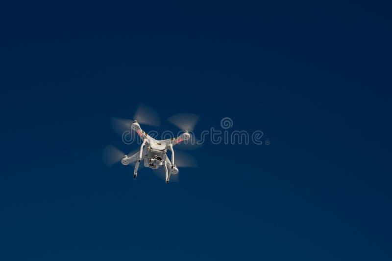 有飞行的白色寄生虫方形字体直升机在蓝天 免版税库存照片