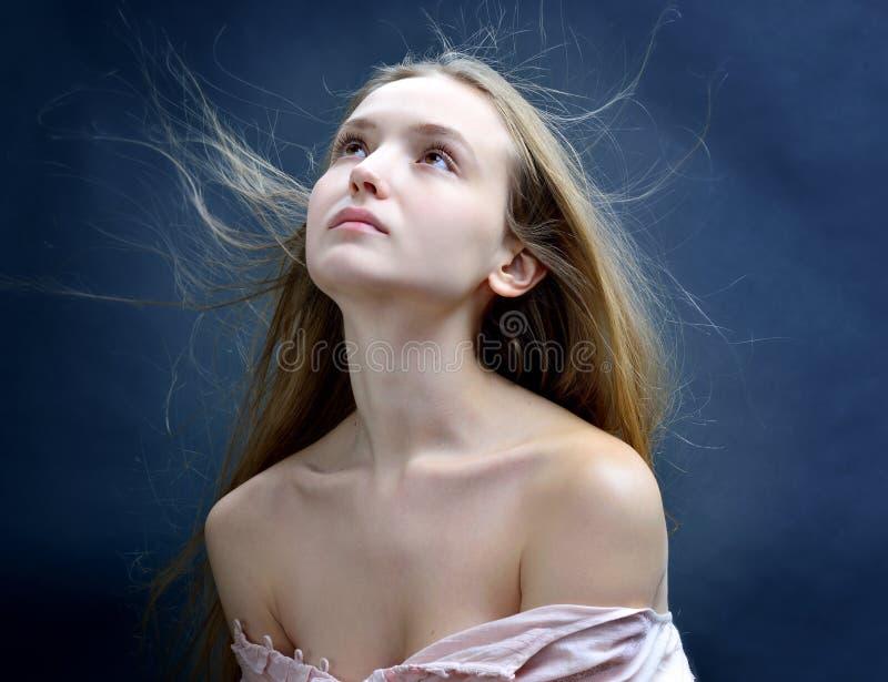有飞行的长的头发美丽的妇女 图库摄影