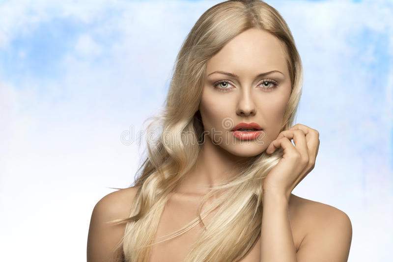 有飞行头发的引诱的妇女 免版税库存照片