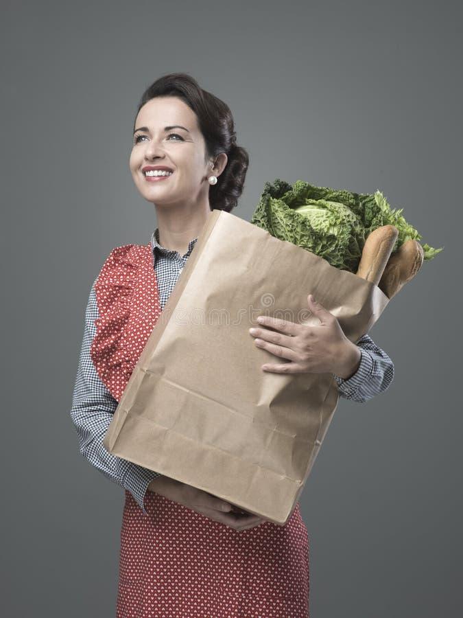 有食品杂货袋的葡萄酒妇女 免版税库存照片